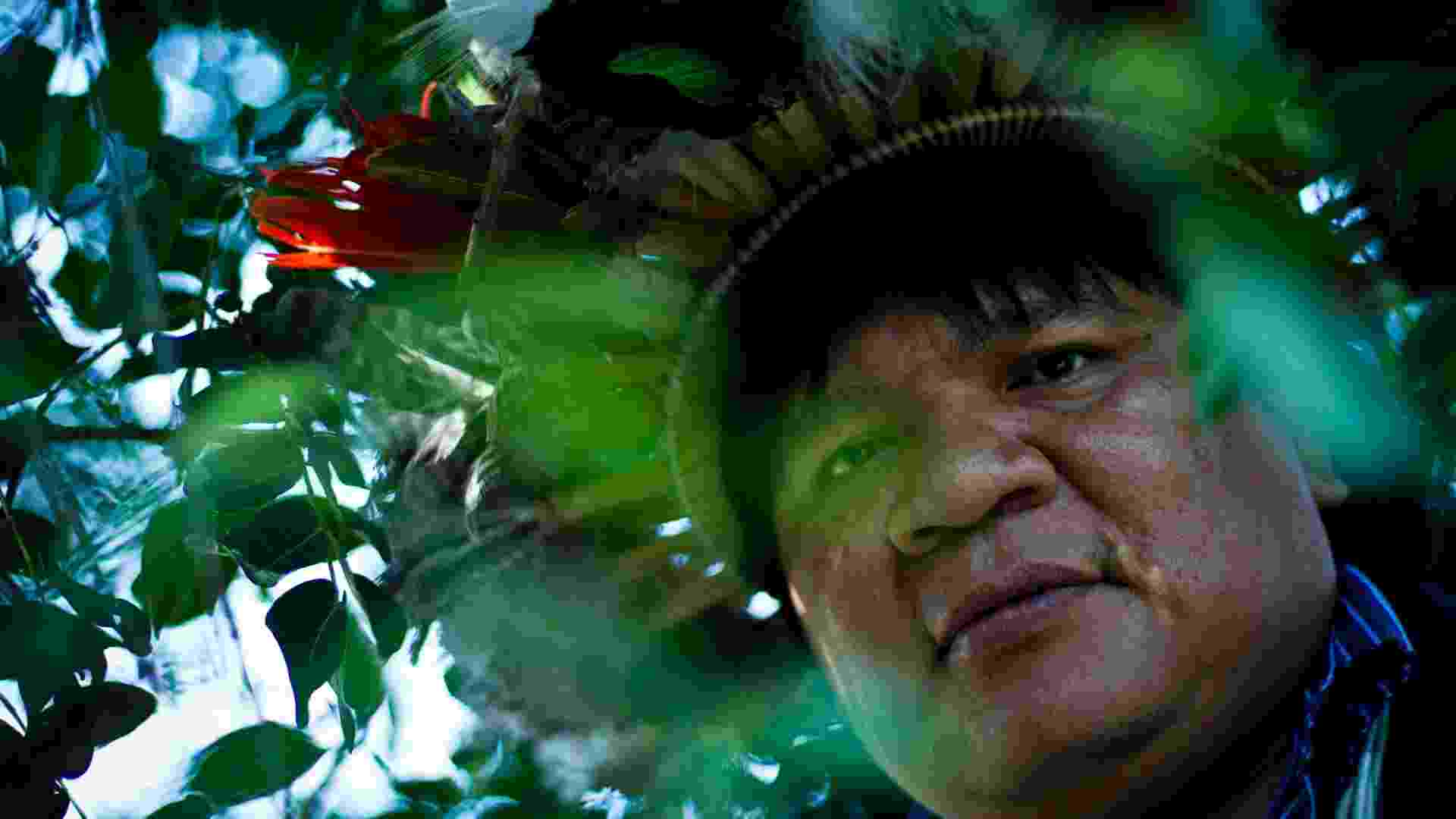 """10.abr.2013 - Almir Narayamoga, chefe da tribo Paiter-Surui, é premiado """"Herói da Floresta"""" pela ONU (Organização das Nações Unidas) por seu trabalho de conservação da floresta amazônica. Destaque para a América Latina e Caribe, o líder indígena de Rondônia receberá o prêmio na 10ª sessão do Fórum sobre Florestas das Nações Unidas, em Istambul, na Turquia, nesta quarta-feira (10) - Daniel Marenco/Folhapress"""