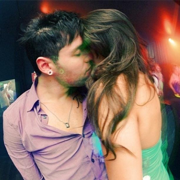 """10.abr.2013 - Andressa beija Nasser em festa e rebate críticas sobre o relacionamento. """"Deixa o povo falar, O que é que tem? Eu quero ser lembrado com você, Isso não é problema de ninguém"""", escreveu a ex-BBB"""