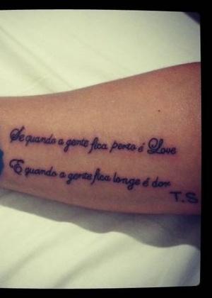 10.abr.2013 - Detalhe da tatuagem feita por Andressa Soares, a Mulher Melancia, em homenagem ao namorado, o pagodeiro Thiago Soares