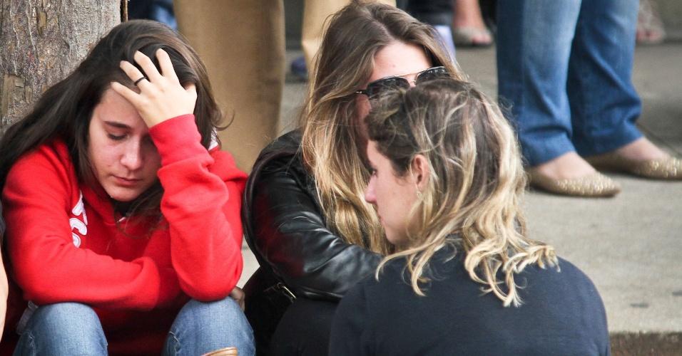 10.abr.2013 - Familiares e amigos do universitário Victor Hugo Deppman, 19, durante seu velório no cemitério da Quarta Parada, nesta quarta-feira (10). O jovem foi morto com um tiro na cabeça durante assalto na frente do prédio onde morava no Belém, zona leste de São Paulo, por volta das 21h desta terça- feira (09). Uma câmera de segurança registrou o crime e as imagens serão utilizadas na investigação pela Polícia Civil