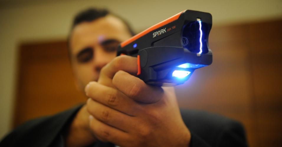10.abr.2013 - Homem testa arma durante a Feira Internacional de Defesa e Segurança LAAD Defence & Security, no Rio de Janeiro, na quarta-feira (10)