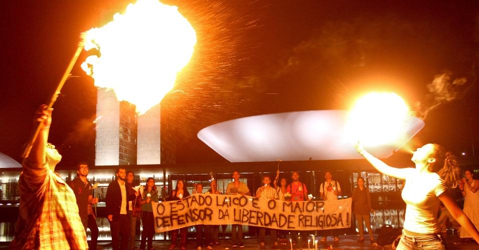 """10.abr.2013 - Manifestação em frente ao Congresso Nacional, na noite desta quarta-feira (10), pede a saída do deputado Marco Feliciano (PSC-SP) da presidência da Comissão de Direitos Humanos da Câmara. A faixa estendida durante o protesto diz: """"O Estado laico é o maior defensor da liberdade religiosa"""""""