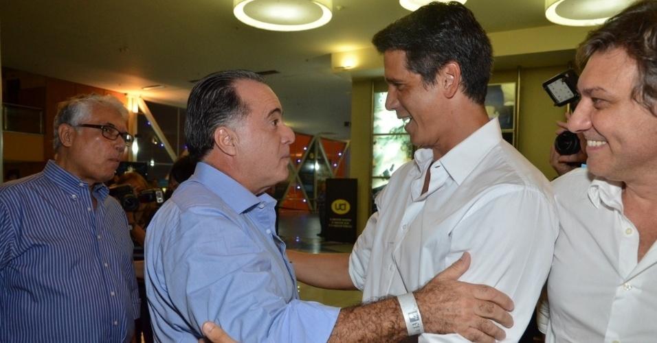 """10.abr.2013 - Márcio Garcia recebe cumprimento de Tony Ramos na pré-estreia de seu filme, """"Angie"""", em cinema da Barra da Tijuca, no Rio"""