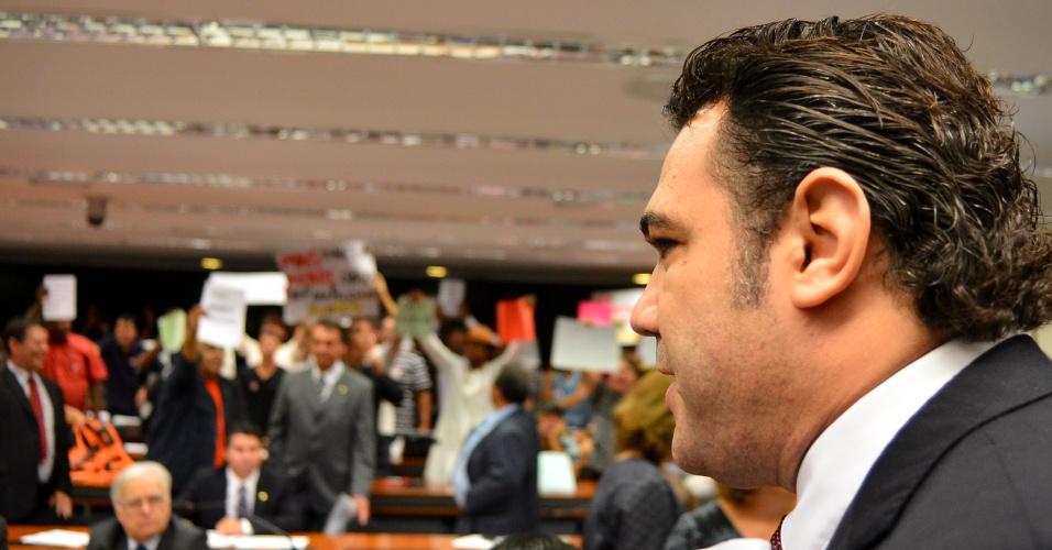 10.abr.2013 - O deputado Marco Feliciano (PSC-SP) abriu para o público a sessão da Comissão de Direitos Humanos da Câmara, da qual é presidente, mas, devido ao tumulto provocado pela presença de manifestantes, a sessão foi interrompida e os deputados e imprensa foram para outro plenário, no Congresso Nacional, em Brasília, na tarde desta quarta-feira (10)