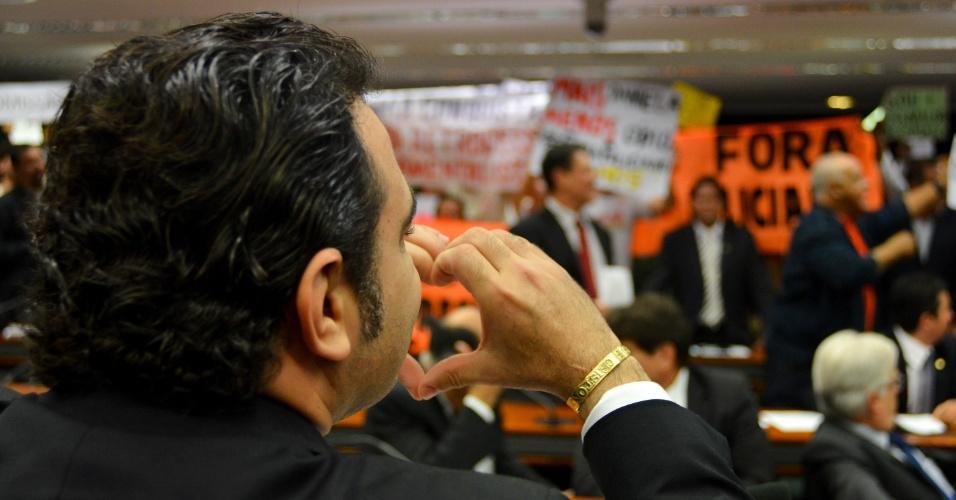 10.abr.2013 - O deputado Marco Feliciano (PSC-SP) forma um coração com as mãos durante sessão da Comissão de Direitos Humanos da Câmara, nesta quarta-feira (10). Feliciano interrompeu a sessão e a transferiu de local, nesta quarta-feira, por causa do tumulto provocado por manifestantes contrários e a favor de sua permanência na presidência da comissão