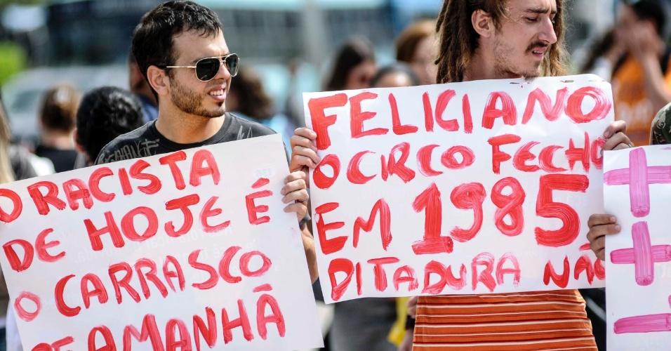 10.abr.2013 - Pessoas protestam contra a permanência do pastor marco Feliciano (PSC) à frente da Comissão de Direitos humanos da Câmara na manhã desta quarta-feira (10), no centro de Florianópolis (SC)
