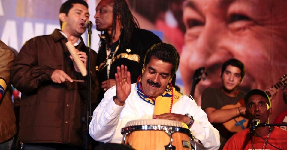 10.abr.2013 - Presidente em exercício da Venezuela e candidato à presidência, Nicolás Maduro toca tambor durante um comício de campanha em Caracas, nesta quarta-feira (10). Venezuelanos irão realizar em em 14 de abril eleições presidenciais que irão eleger o sucessor de Hugo Chávez, morto em 5 de março deste ano