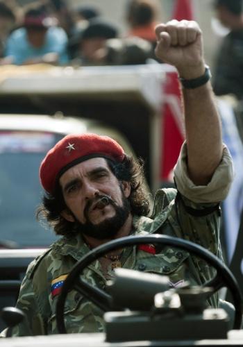 """10.abr.2013 - Um sósia do revolucionário argentino Ernesto """"Che"""" Guevara participa nesta quarta-feira (10), eM Caracas, de ato de campanha do chavista Nicolás Maduro, presidente interino da Venezuela. Maduro disputa no domingo (14) a eleição presidencial contra o líder da oposição Henrique Capriles"""