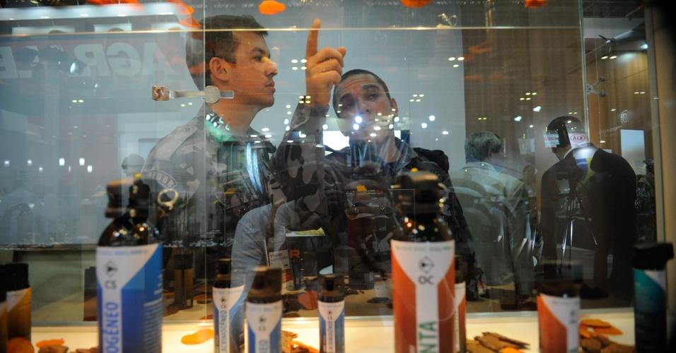 10.abr.2013 - Visitantes observam equipamentos exibidos na Feira Internacional de Defesa e Segurança LAAD Defence & Security, no Rio de Janeiro, na quarta-feira (10)