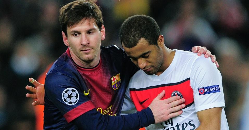 10.abr.2013- Messi abraça Lucas após empate entre Barcelona e PSG pela Liga dos Campeões