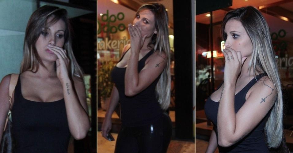 9.abr.2013 - A dançarina Andressa Urach esconde boca de paparazzi ao ser flagrada em restaurante de São Paulo depois de passar por um procedimento cirúrgico para aumentar os lábios