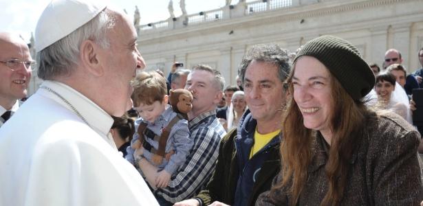 Cantora de punk Patti Smith cumprimenta o Papa Francisco durante missa em Roma