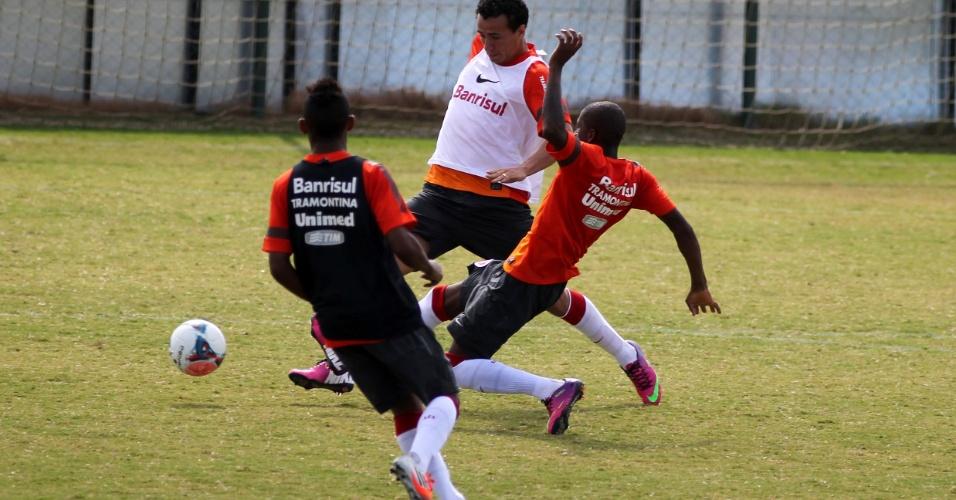 Leandro Damião (de branco) em treino do Internacional no CT do Parque Gigante (10/04/2013)
