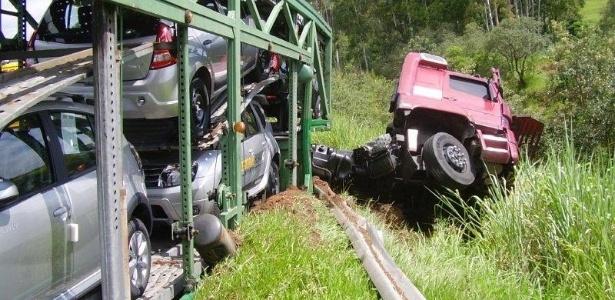 Motorista de carreta perde controle do veículo após tentar matar abelha