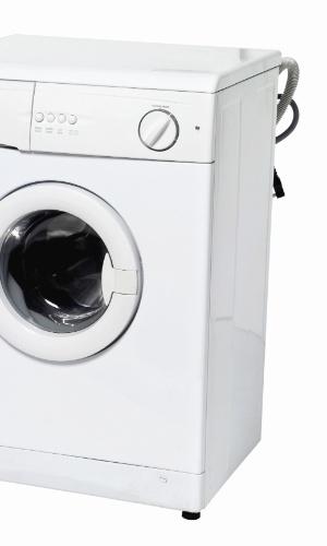 """Se atente a detalhes: em especial se a residência for alugada, não se esqueça de checar se há uma entrada de água (torneira) exclusiva para máquina de lavar e se o tipo de chuveiro escolhido é compatível com a fiação do banheiro. """"Em um apartamento, é preciso adaptar a mangueira do fogão caso seja gás encanado. O mesmo serve para o chuveiro!"""", completa Alves I Fontes: """"personal organizers"""" Isabel Alves, da empresa Experimente Organizar e Priscila De Nichile, da empresa Organização Total"""