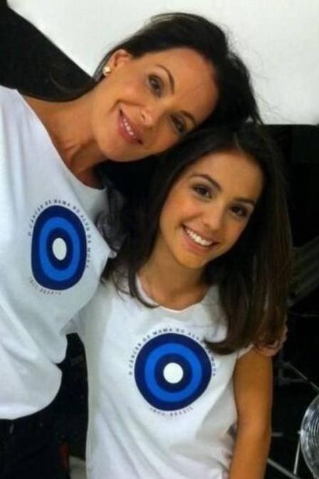 10.abr.2013 - Carolina Ferraz e a filha posam para campanha contra câncer de mama