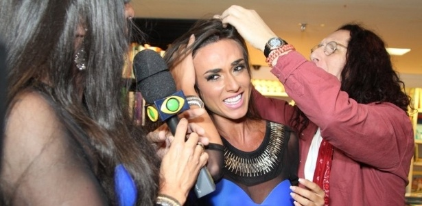 10.abr.2013 - Gerald Thomas mexe nos cabelos de Nicole Bahls, do