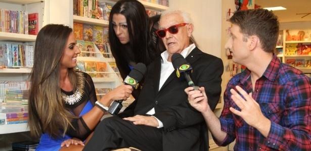 10.abr.2013 - Ney Latorraca é entrevistado por Nicole Bahls, Ceará e Daniel Zukerman, do
