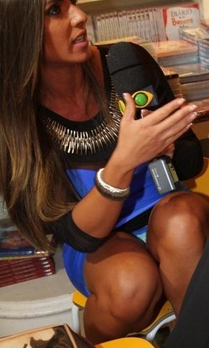 10.abr.2013 - Nicole Bahls mostra calcinha ao entrevistar Ney Latorraca. A ex-panicat voltou ao