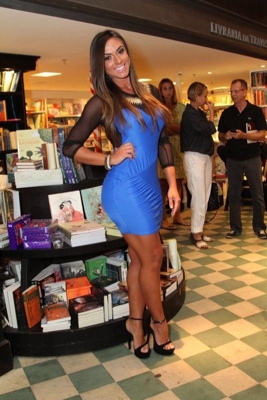 10.abr.2013 - Nicole Bahls posa para fotos no lançamento do novo livro de Gerald Thomas,