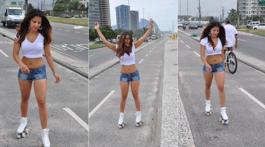 11.abr.2013 - A ex-BBB Gyselle Soares andou de patins pela orla da praia da Barra da Tijuca, zona oeste do Rio