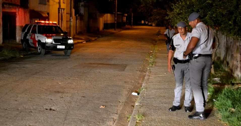 11.abr.2013 - Bandidos foram presos na rua Fernando Leger, na Vila Ema, em São Paulo (SP), após assaltarem uma casa em Santo André, na Grande SP. Segundo a polícia, uma senhora notou uma movimentação estranha em frente a sua casa e ligou para o 190. A polícia encontrou os cinco criminosos em dois carros com objetos roubados. Com eles, foram apreendidos dinheiro e duas armas
