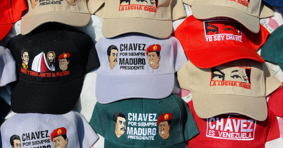 11.abr.2013 - Bonés com frases de apoio e que ligam Nicolás Maduro, candidato governista à presidência da Venezuela, à figura de Hugo Chávez são colocado à venda em Caracas. No próximo domingo (14) será eleito o primeiro presidente eleito da era pós-Chávez