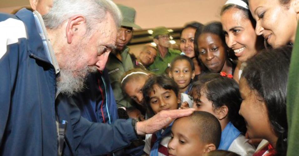 11.abr.2013 - Em imagem da última terça-feira (9) divulgada hoje, o ex-líder cubano Fidel Castro brinca com crianças em inauguração de escola em Havana