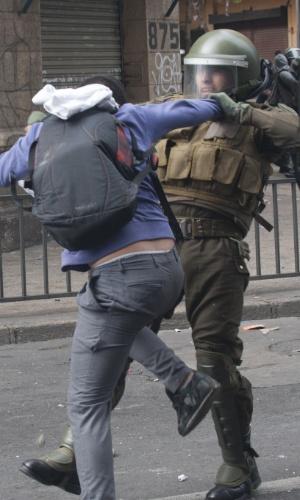 11.abr.2013 - Estudante entra em confronto com policial durante manifestação que reuniu milhares de chilenos nesta quinta-feira (11). A marcha percorreu as ruas de Santiago para exigir uma educação pública gratuita e de melhor qualidade