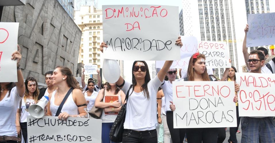 11.abr.2013 - Estudantes da Fundação Cásper Líbero realizam passeata na avenida Paulista, em São Paulo, na manhã desta quinta-feira (11). A manifestação ocorre após a morte de Victor Deepmann, assassinado na porta de casa na última terça (9)