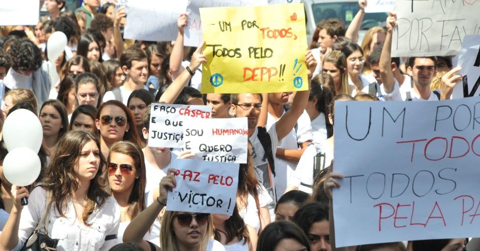 11.abr.2013 - Estudantes fazem passeata na avenida Paulista, em São Paulo, na manhã desta quinta-feira (11). A passeata ocorre após a morte do estudante do terceiro ano do curso de Rádio e TV da Cásper Líbero, Victor Deepmann, que foi assassinado na porta de casa no bairro do Belém, na zona leste da capital