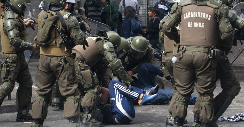 11.abr.2013 - Estudantes são detidos por policiais durante manifestação que reuniu milhares de chilenos nesta quinta-feira (11). A marcha percorreu as ruas de Santiago para exigir uma educação pública gratuita e de melhor qualidade