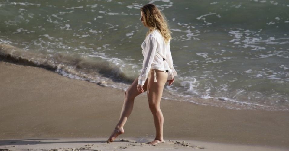 11.abr.2013 - Letícia Spiller fez ensaio fotográfico na praia de Grumari, zona oeste do Rio. A atriz, que interpreta Antonia em