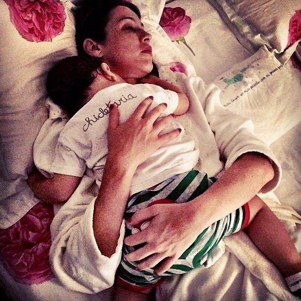 11.abr.2013 - Marido de Luana Piovani mostra foto da atriz dormindo abraçada com o filho