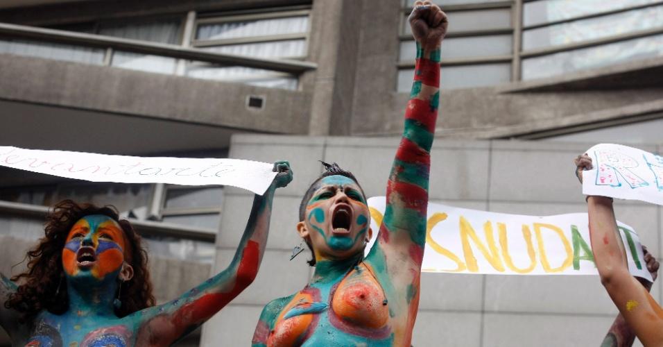 11.abr.2013 - Mulheres protestam com os corpos pintados durante manifestação por melhorias no sistema público de educação chileno. A marcha realizada nesta quinta-feira (11) reuniu milhares de estudantes nas ruas de Santiago