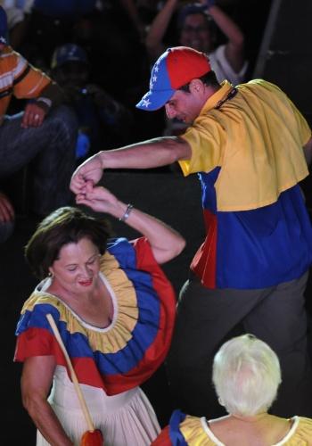 11.abr.2013 - O candidato da oposição venezuelana nas eleições presidenciais, Henrique Capriles, dança com uma apoiadora de sua campanha, na cidade de Barquisimeto, nesta quinta-feira (11). Capriles concorre contra o chavista e presidente interino, Nicolás Maduro, nas eleições deste domingo (14)
