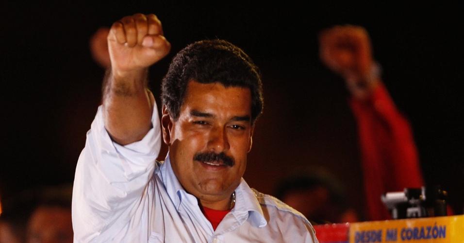 11.abr.2013 - O presidente interino da Venezuela, Nicolás Maduro, acena ao público em seu último comício de campanha, nesta quinta-feira (11), em Caracas. O chavista Maduro concorre contra o líder da oposição Henrique Capriles nas eleições presidenciais deste domingo (14)
