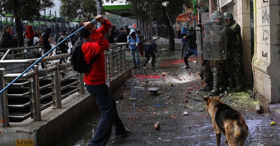 11.abr.2013 - Policiais ficam encurralados durante manifestação que reuniu milhares de chilenos nesta quinta-feira (11). A marcha percorreu as ruas de Santiago para exigir uma educação pública gratuita e de melhor qualidade