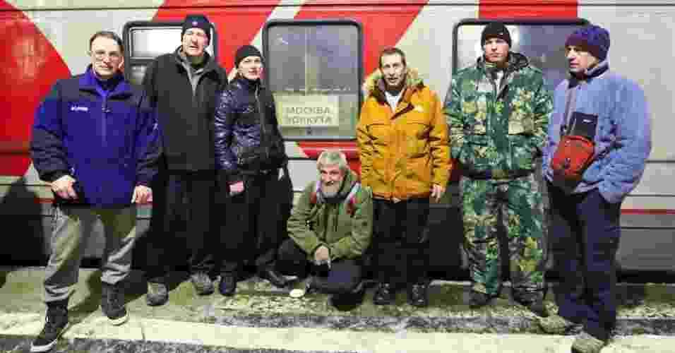 11.abr.2013 - Sete exploradores russos chegaram de caminhão ao Polo Norte no último dia 6 depois - eles partiram no início de março do arquipélago russo de Severnaya Zemla, a cerca 2.000 quilômetros de distância. Os veículos Yemelya 3 e Yemelya 4, que têm tração 6x6 e reboque, foram projetados e construídos pelos próprios membros da equipe para ficarem adaptados ao gelo do Ártico. Os sete russos, agora, planejam seguir viagem rumo a Resolute Bay, no Canadá, que fica a 1.700 km ao sul do polo Norte em linha reta - Live Marine Ice-Automobile Expedition/7Summits-club