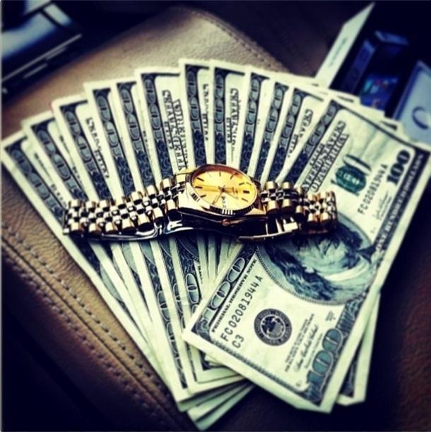 Com mais de 130 mil seguidores no Instagram, o perfil @itslavishbitch (http://instagram.com/itslavishbitch) ostenta itens de gente rica, muito rica. A conta pertenceria a um adolescente de 17 anos chamado Param, morador de San Francisco, nos Estados Unidos. Acima, um relógio Rolex em cima de notas de cem dólares