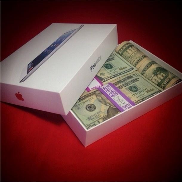 Com mais de 130 mil seguidores no Instagram, o perfil @itslavishbitch (http://instagram.com/itslavishbitch) ostenta itens de gente rica, muito rica. A conta pertenceria a um adolescente de 17 anos chamado Param, morador de San Francisco, nos Estados Unidos. Acima, ele usa uma caixa de iPad mini vazia para guardar dólares
