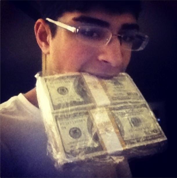 Com mais de 130 mil seguidores no Instagram, o perfil @itslavishbitch (http://instagram.com/itslavishbitch) ostenta itens de gente rica, muito rica. A conta pertenceria a um adolescente de 17 anos chamado Param, morador de San Francisco, nos Estados Unidos. Acima, ele posa com maços de notas de dólar