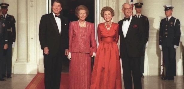 Da esquerda para a direita, Ronald Reagan recebe Margaret Thatcher na Casa Branca, ao lado dos respectivos cônjuges, Nancy Reagan e Denis Thatcher - Wikimedia Commons/White House Photo