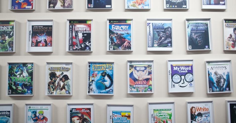 Em uma das paredes da Ubisoft Montreal ficam as capas de todos os games produzidos pelo estúdio