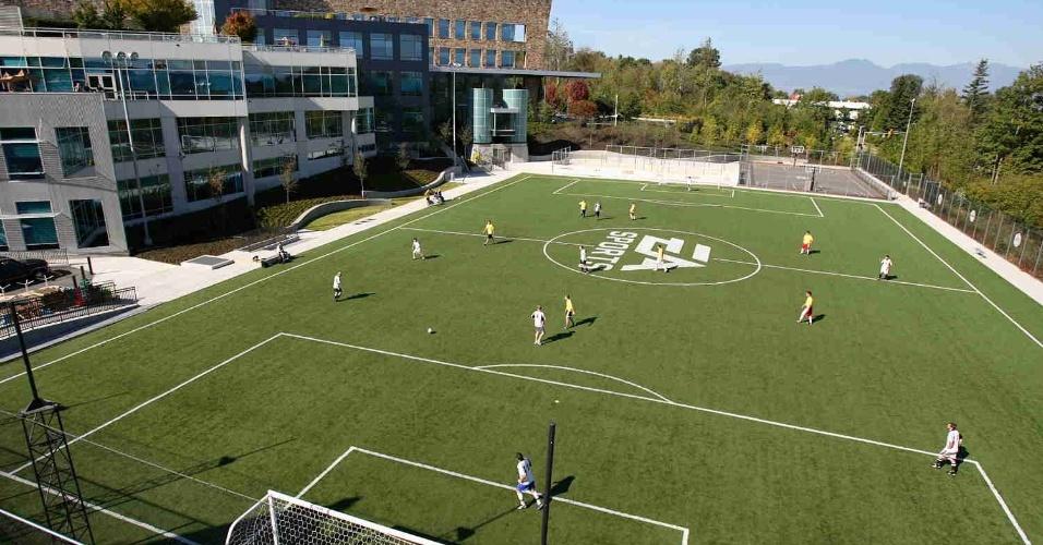 Funcionários da Electronic Arts disputam partida de futebol no campo localizado nos estúdios da empresa em Vancouver