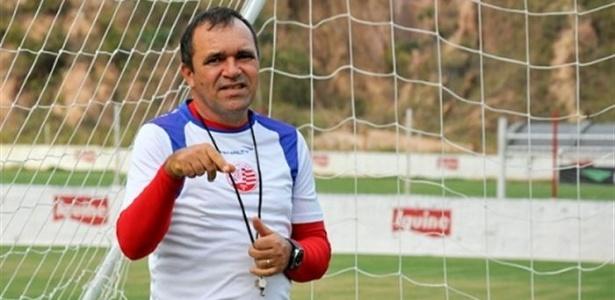 O auxiliar Levi Gomes descansa após o treinamento do Náutico