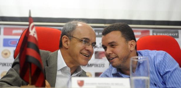 Presidente Eduardo Bandeira de Mello (e) espera fechar mais um patrocínio no Fla