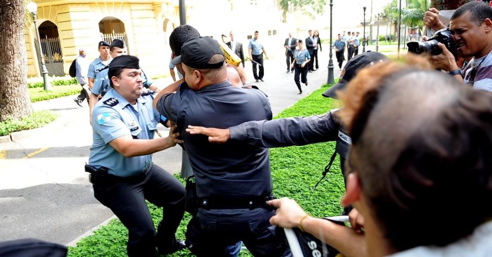 11.abr.2013 - Polícia usa spray de pimenta e arma de choque em manifestante durante protesto contra a venda do Estádio do Maracanã, na manhã desta quinta-feira