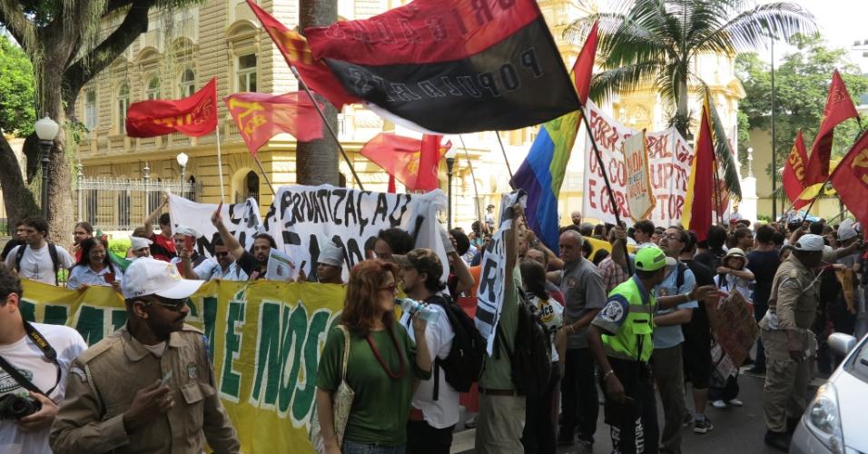 11.abr.2013 - Protesto acontece em frente ao prédio em que as empresas e consórcio vão entregar os envelopes com as propostas assumir a concessão do complexo esportivo.