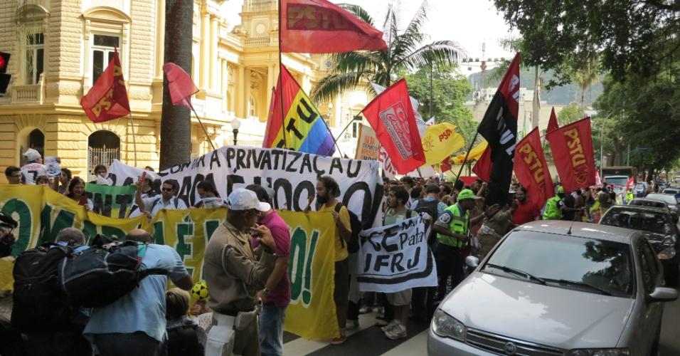 11.abr.2013 - Protesto em frente ao Palácio Guanabara, sede do governo do Rio de Janeiro, contra a privatização do Maracanã